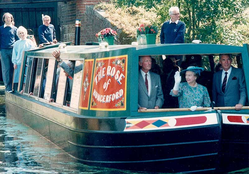 the queen re-opens the kennet and avon canal in 1990